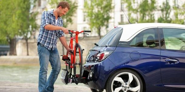 Selbst im kleinen Adam von Opel haben die Autobauer einen Platz für einen integrierten Fahrradträger gefunden.